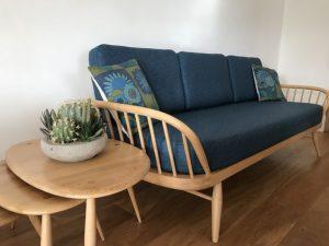 Canapé en bois blond et tissu